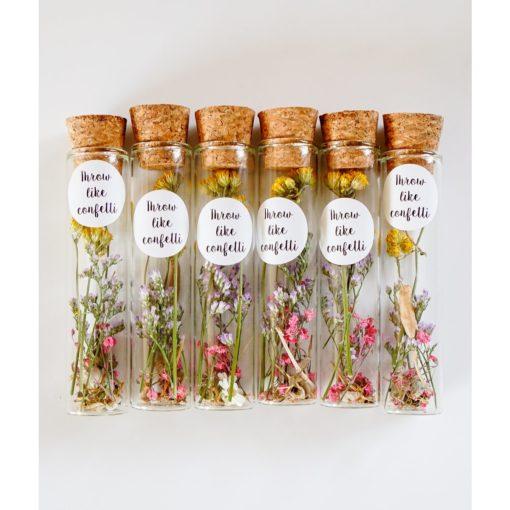 Proefbuisjes met droogbloemen en bloemzaadjes